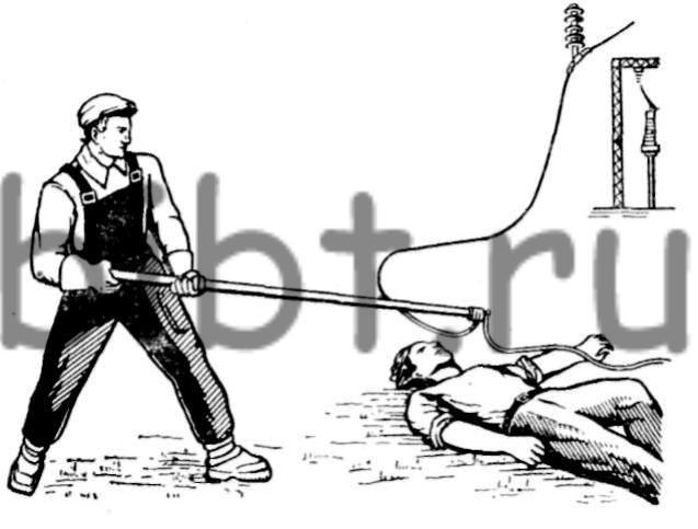 Освобождение пострадавшего от действия электрического тока оттягиванием провода с помощью изолирующей штанги